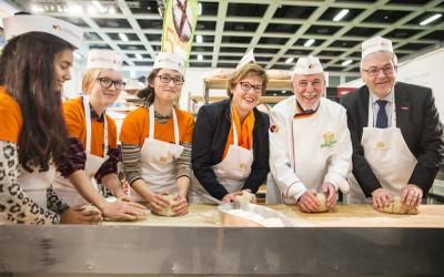 """Große deutschlandweite Spendenaktion gestartet – Aktion """"5.000 Brote – Konfis backen Brot für die Welt"""" geht in neue Runde"""